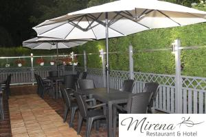 Ein Restaurant oder anderes Speiselokal in der Unterkunft Hotel Restaurant Mirena