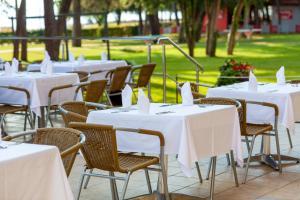 Ein Restaurant oder anderes Speiselokal in der Unterkunft Hotel Sol Aurora for Plava Laguna