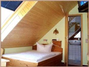 A bed or beds in a room at Landhotel Sperlingsberg