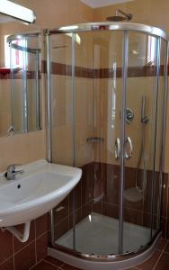 Een badkamer bij Sandy's Studios Apartments & Log-Villas