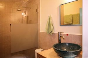 A bathroom at Inti Sisa Art Guesthouse