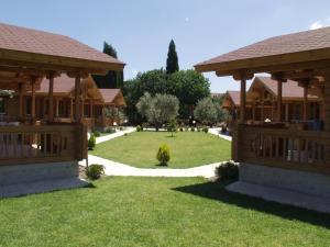 Een tuin van Sandy's Studios Apartments & Log-Villas