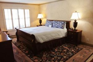A bed or beds in a room at Cow Hollow Inn and Suites