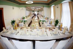 A restaurant or other place to eat at Kaštieľ Rožkovany