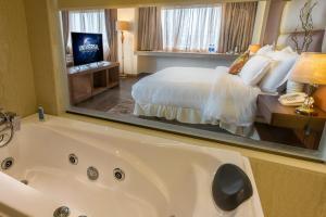 A bathroom at Luxus Grand Hotel