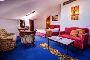 The lounge or bar area at Hotel El Bedel