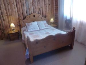 A bed or beds in a room at Hotel Au Feu De Bois