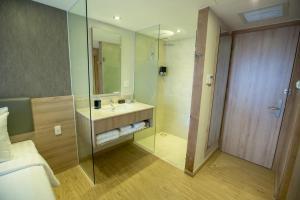 A bathroom at Avanti Hotel
