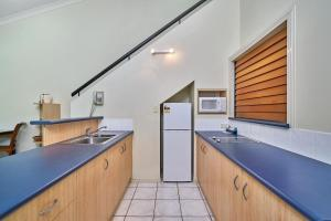 A kitchen or kitchenette at Trinity Beach Club Holiday Apartments