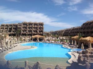 Caves Beach Resort tesisinde veya buraya yakın yüzme havuzu