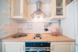 Кухня или мини-кухня в Studio on Morskaya 25