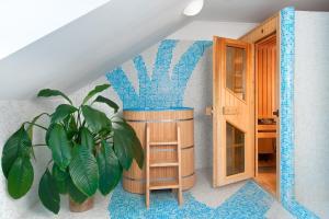 Ein Etagenbett oder Etagenbetten in einem Zimmer der Unterkunft April hotel Panorama