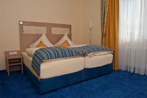 Ein Bett oder Betten in einem Zimmer der Unterkunft Am Schlosspark