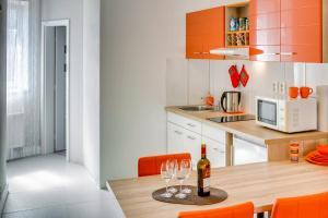 A kitchen or kitchenette at Apartements Studio 964