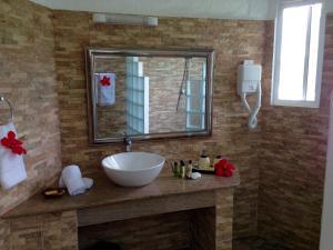 A bathroom at Lazare Picault Hotel