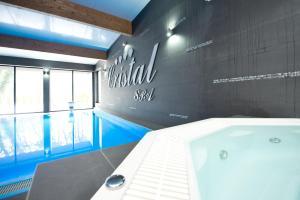 Der Swimmingpool an oder in der Nähe von Cristal SPA