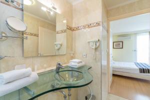 Salle de bains dans l'établissement Adonis Excellior Grand Genève
