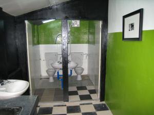 A bathroom at Traveller Homestay