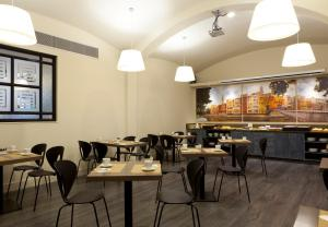 A restaurant or other place to eat at Peninsular