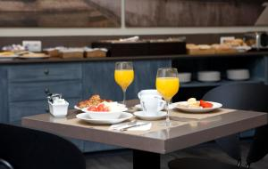 Breakfast options available to guests at Peninsular