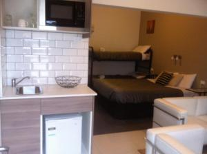A kitchen or kitchenette at Altair Motel