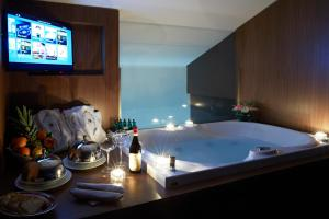 A television and/or entertainment centre at Hotel The Building