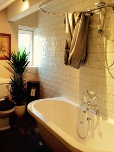 A bathroom at The Old Registry, Rooms & Restaurant