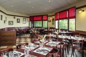 A restaurant or other place to eat at ibis Compiegne