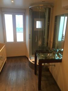 A seating area at Apartment les pieds dans l'eau