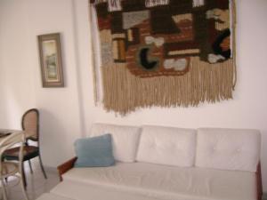 A seating area at Apto em Cabo Frio para aluguel de temporada