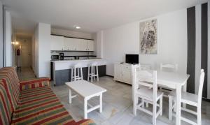 A kitchen or kitchenette at Apartamentos Turisticos Rio Marinas