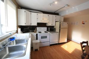 A kitchen or kitchenette at Jenny's B&B