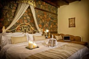 Un pat sau paturi într-o cameră la Hotel Kaimak Inn