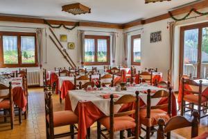 Ein Restaurant oder anderes Speiselokal in der Unterkunft Albergo Rotenthal