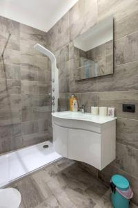 A bathroom at Gauguin Modern House + Free Bikes