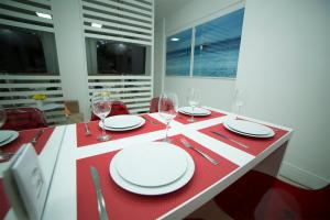 Um restaurante ou outro lugar para comer em Flat Farol da Barra 2