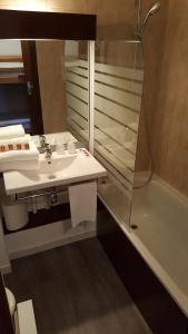 Salle de bains dans l'établissement Hôtel Les Écrins