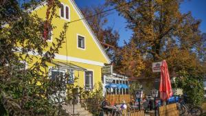 Ein Kinderspielbereich in der Unterkunft Gasthof Zum Lindenhof
