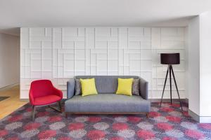 A seating area at Travelodge Hotel Blacktown Sydney