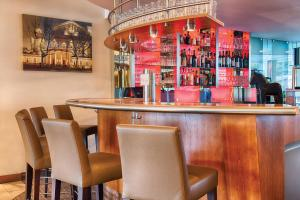 The lounge or bar area at Leonardo Hotel Aachen