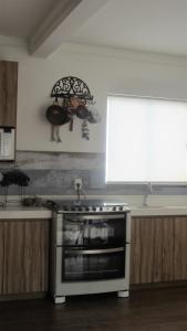 A kitchen or kitchenette at loft lindo em Mariscal