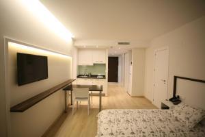 Una televisión o centro de entretenimiento en ApartHotel Playa Oliva