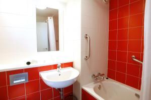 A bathroom at Travelodge Valencia Aeropuerto