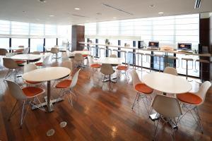 Area lounge atau bar di Hotel Gracery Sapporo