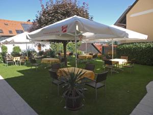 A garden outside Hotel Restaurant zum Schwan