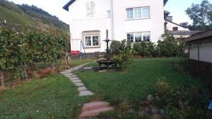 A garden outside Gästehaus-Weingut Michael Scholer