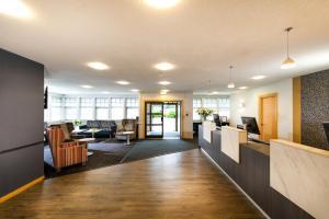 The lobby or reception area at Leonardo Inn Aberdeen Airport