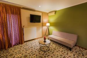 Телевизор и/или развлекательный центр в Hotel Alexandros