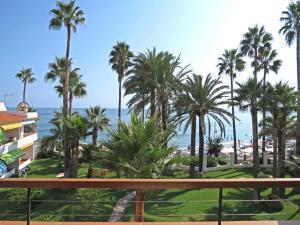 Un balcón o terraza de Apartamentos Playa Torrecilla