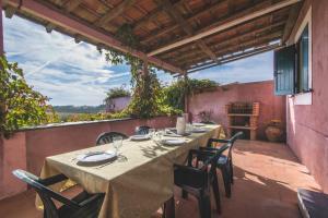 Um restaurante ou outro lugar para comer em Casal dos Crespos House